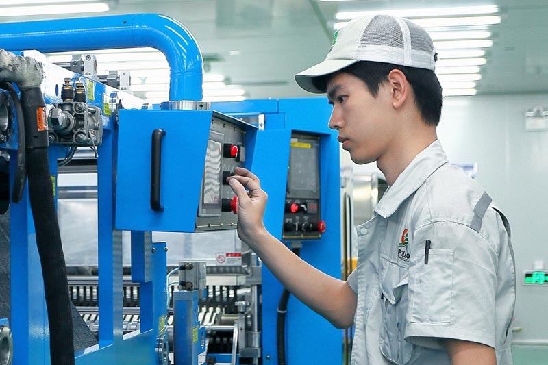 [Translate to Chinese:] Apollo worker in factory